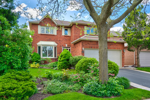 Updated Executive Home For Sale in Wedgewood Creek at 1056 Grandeur Crescent, Oakville