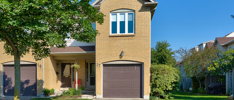 Three Bedroom End Unit Townhome For Sale - 17-2960 Headon Forest Drive, Burlington